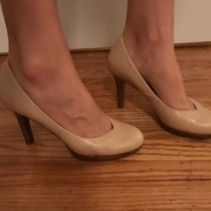 Tahari Leather nude heels
